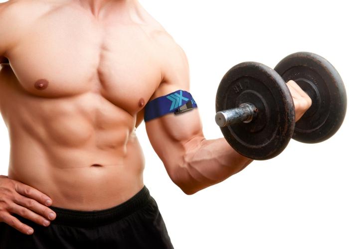 Persona cargando pesa