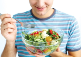 Persona comiendo ensalada