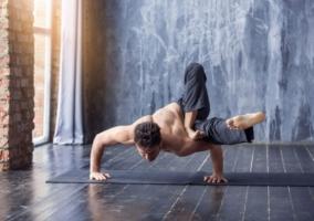 Hombre flexionando
