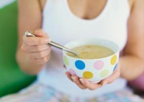 Persona comiendo sopa