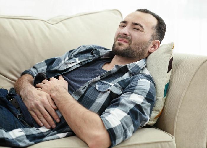 Persona con gases intestinales