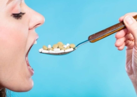 Persona ingerir antibióticos