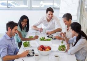 Personas comer reunión