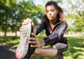 Mujer fortalece tobillos