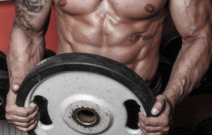Tonifica los brazos con estos ejercicios con pesa de disco