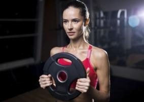 Mujer pesa disco