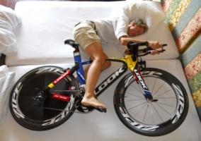 Ciclista dormido cama