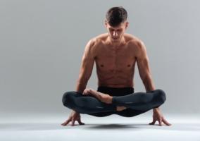 Hombre realizando Yoga