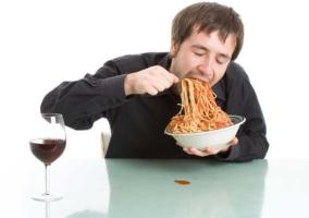 Hombre comiendo rápido