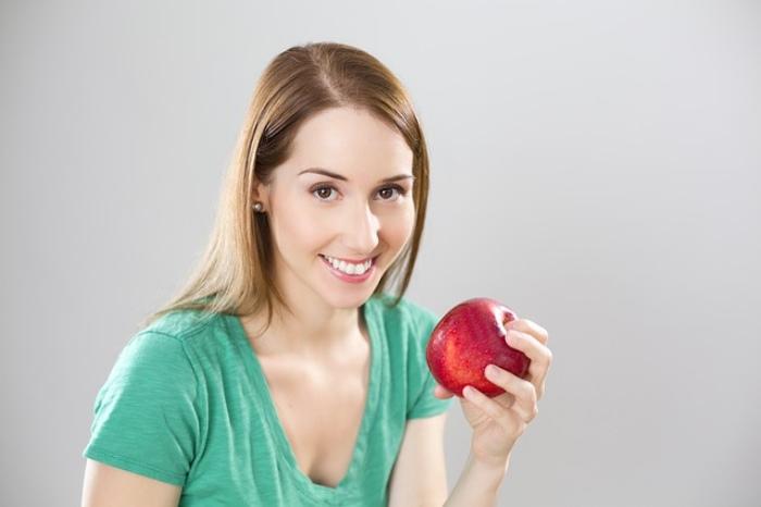 Mujer comiendo manzana