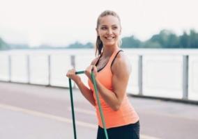 Mujer ejercicio liga