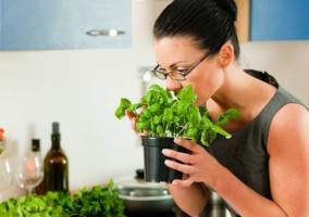 Mujer oliendo hierbas