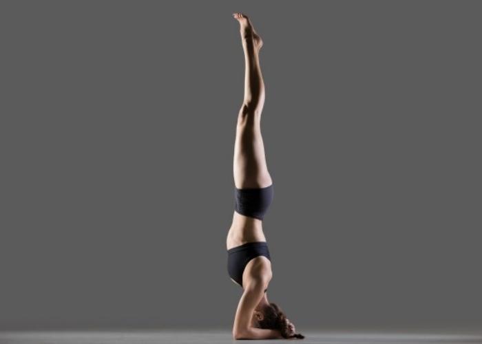 Mujer postura invertida Yoga