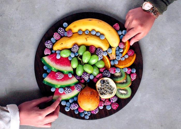 Personas tomando alimentos