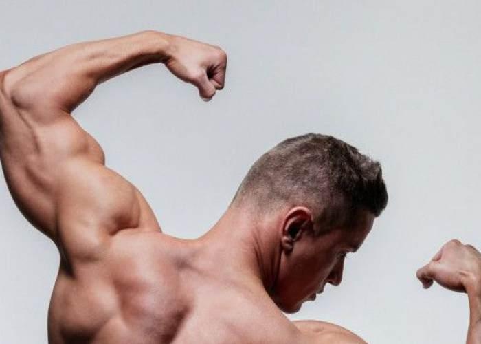 Hombre con músculos desarrollados