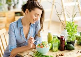 Mujer comiendo vegetales