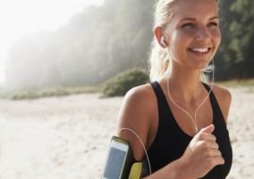 Mujer corriendo con música