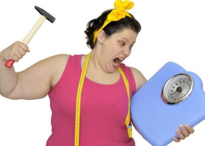 Mujer golpeando báscul