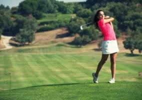 Mujer practicando golf