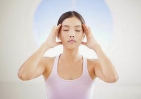 Mujer realizando Yoga