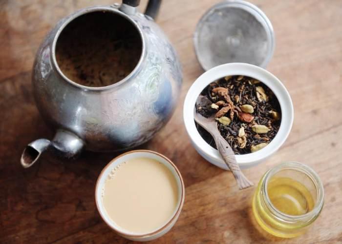 Jarra y vasos con té