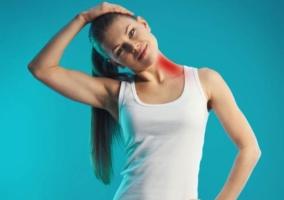Mujer estiramiento cuello