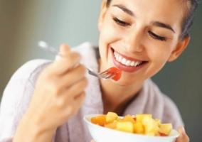 Mujer feliz comiendo