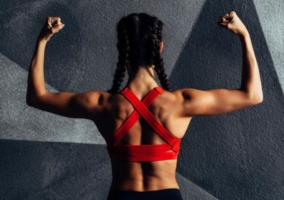 Mujer hombros fortalecidos