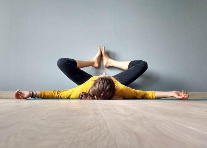 Mujer realizando postura Yoga