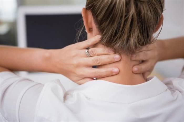 Mujer tocando cuello