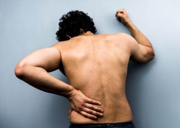 Hombre dolor espalda