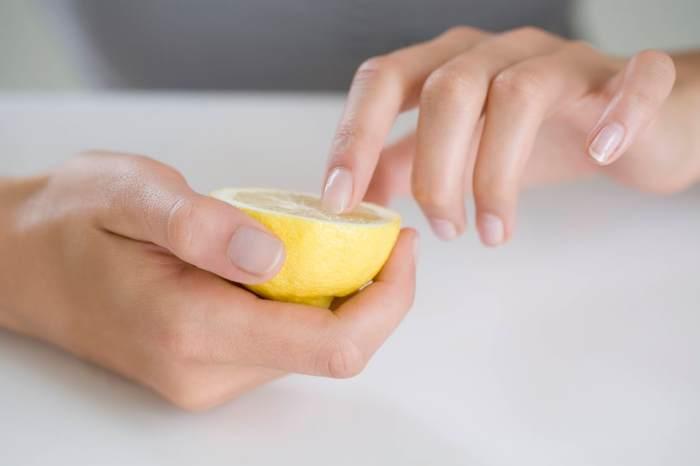 Manos y limón