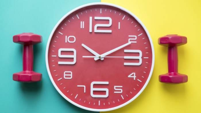 Reloj y mancuernas