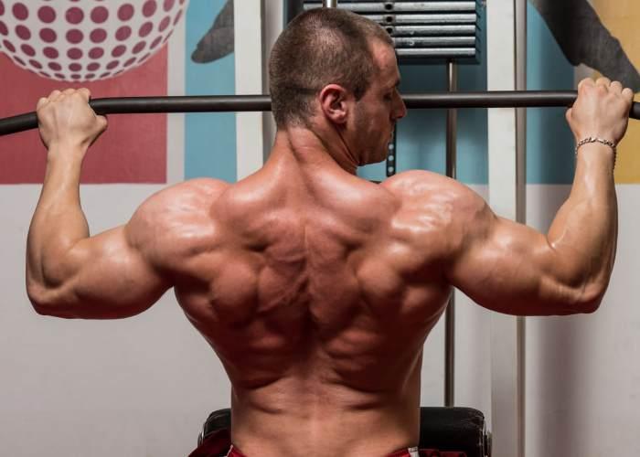Hombre dorsales fortalecidos