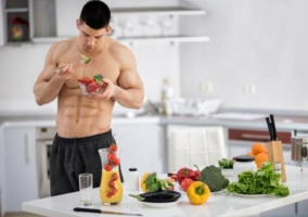 Hombre musculoso comiendo