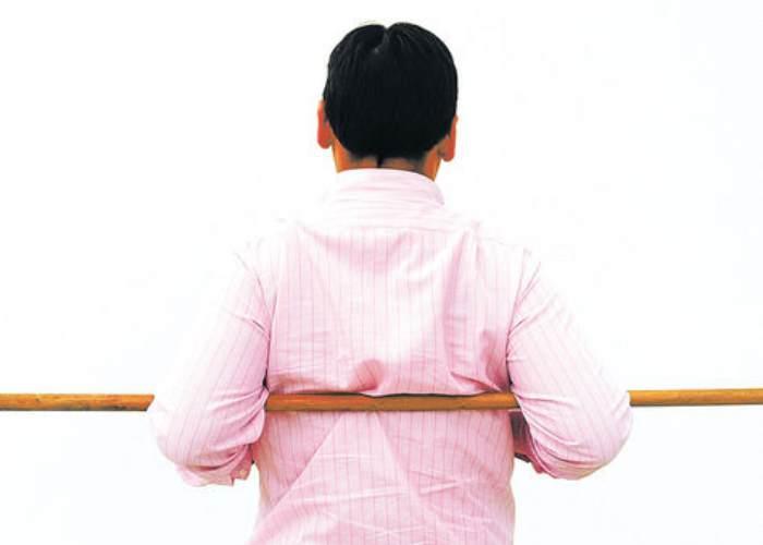 Hombre palo espalda