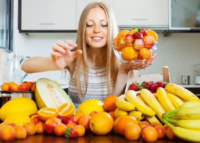 Mujer escogiendo fruta