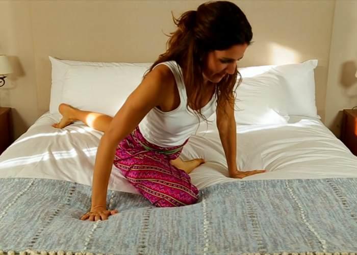 Mujer realizando movimiento cama