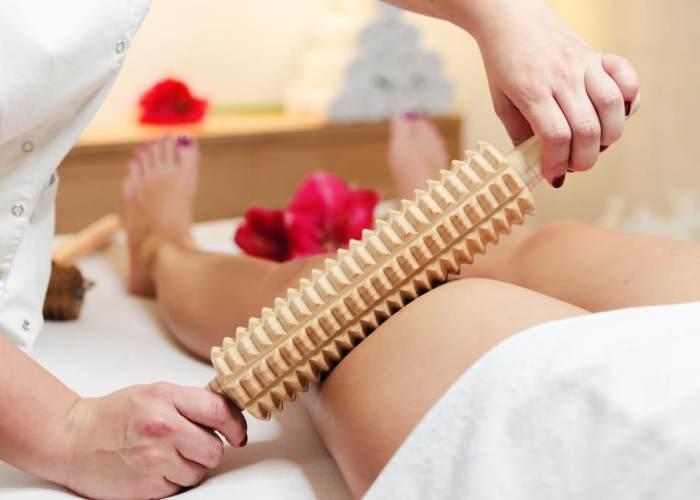 Mujer masaje con instrumento madera