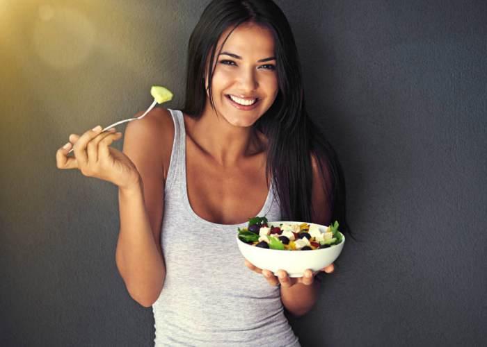 Mujer plato vegetales