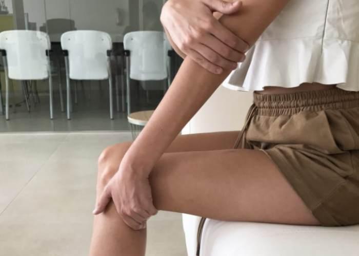 Mujer presionando puntos cuerpo