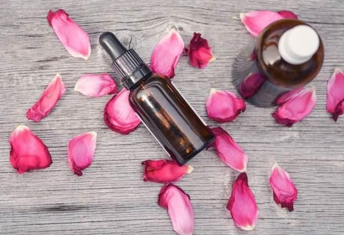 Frascos y pétalos de rosas