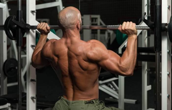 Hombre ejercicio brazos