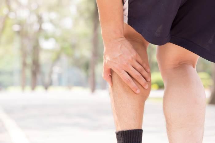 Hombre tocando pierna