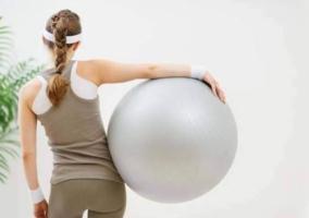 Mujer de espalda con fitball