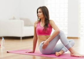 Mujer ejercicio en casa