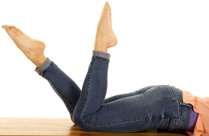 Mujer moviendo piernas