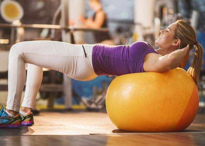 Mujer recostada fitball