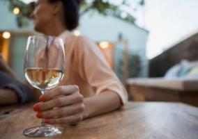Mujer tomando copa