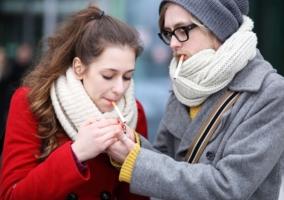 Pareja fumando cigarrillos